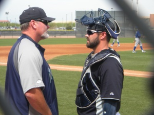 Mariners manager Eric Wedge talking with Kelly Shoppach